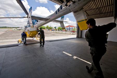 Aeronave Bell 407 da PRF sendo retirada do hangar em Curitiba