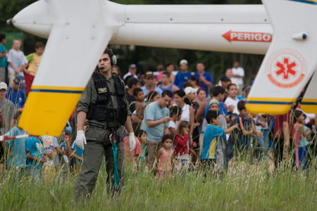 Tripulante realizando a segurança do rotor de cauda