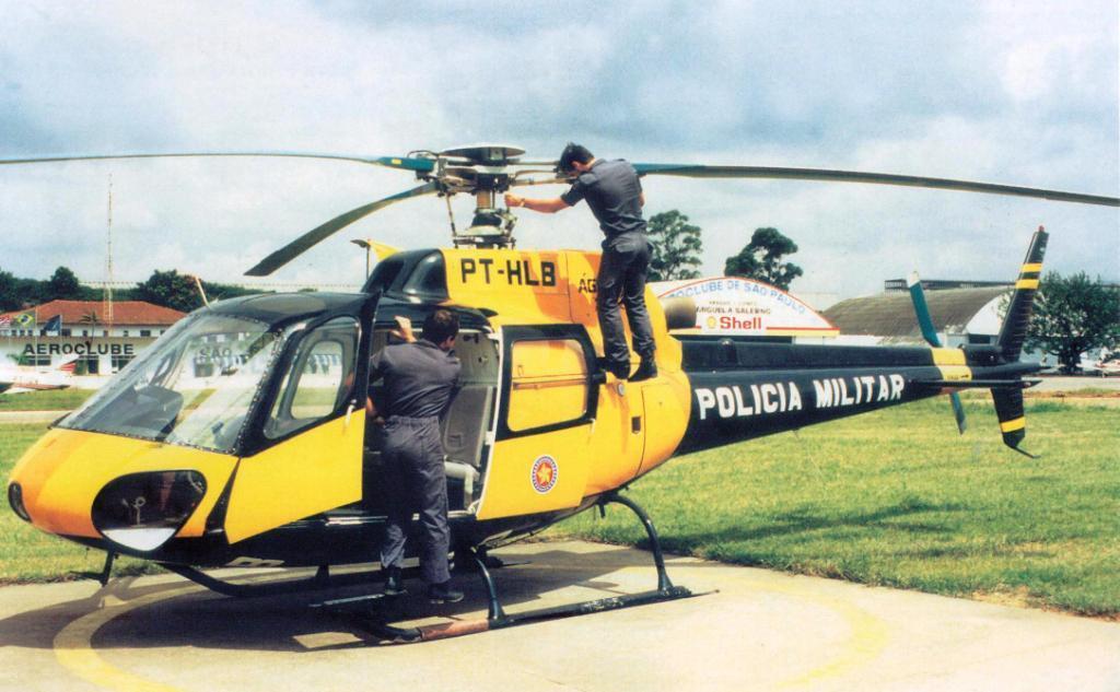 Águia 02, PT-HLB, sendo inspecionado pelos mecânicos na sede do GRPAe no Aeroporto Campo de Marte/SP. Atualmente é o Águia 12 e possui novo grafismo.