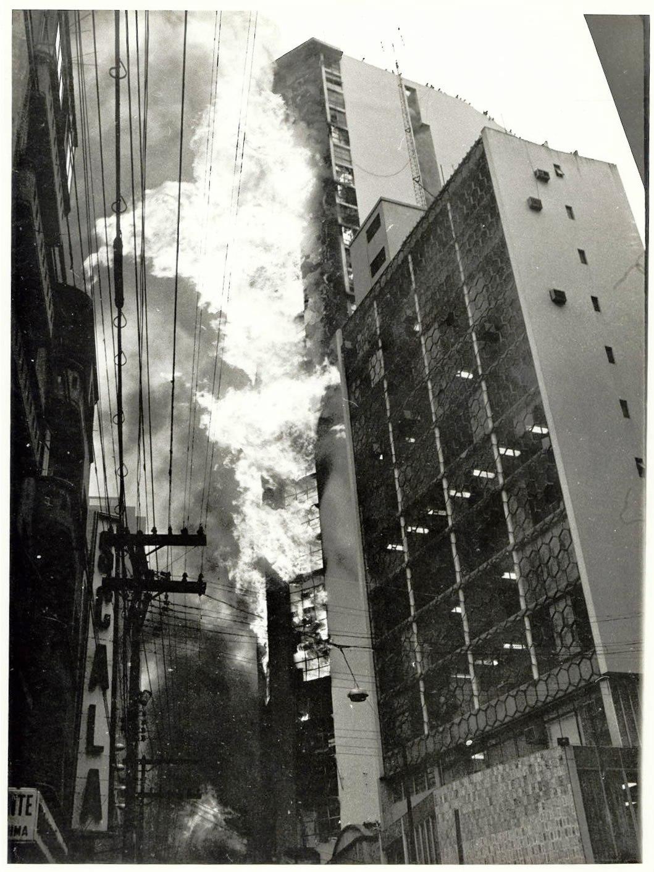 O edifício Andraus, de 30 andares, na Av. São João em chamas. Foto: Agência Estado.
