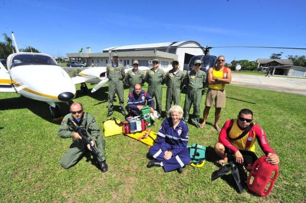 Equipe de médico e enfermeiro integra tripulação de praças e oficiais para salvar vidas. Foto: Lauro Alves / Agencia RBS