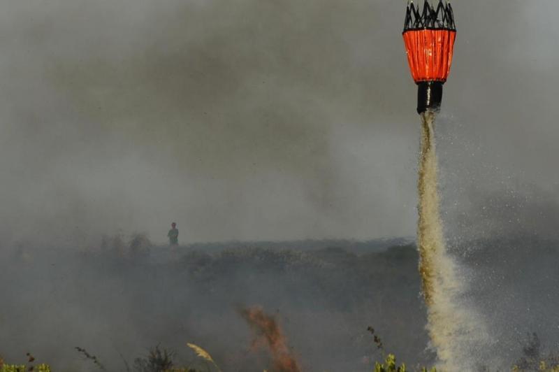 Arcanjo 01 apoia equipes de Bombeiros em incêndio em vegetação em Florianópolis/SC. Foto: Daniel Conzi/Agencia RBS
