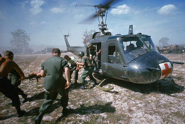 Vietnã ( 1964 - 1975 ). O Transporte em helicópteros foi amplamente utilizado, surgem as primeiras ambulâncias aéreas equipadas nos padrões atuais.