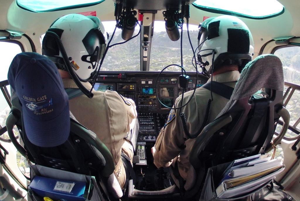 """Já os helicópteros, são completamente equipados para atividade policial no estilo """"multimissão"""", o que inclui moving maps, rádios policiais, sistema de imageamento térmico Axsys, guincho elétrico, gancho de carga, farol de busca, radar altímetro e completamente equipado para operações aeromédicas."""