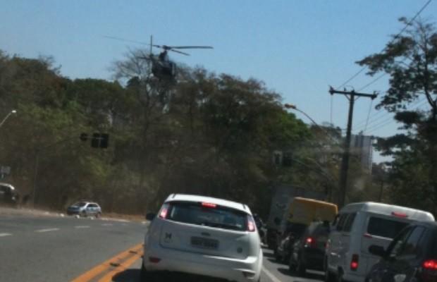 Helicóptero da PM pousa no meio de avenida, em Goiânia. Foto: G1