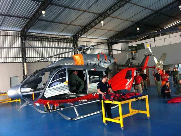 Primeiro helicóptero comprado em 2012 da MLW, no hangar da Ciopaer. A aeronave pode ter UTI aérea e já realizou dois resgates. (Foto: Gabriela Alves/G1)
