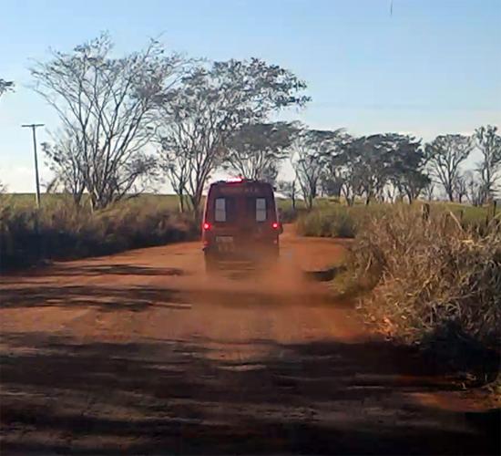 Viatura do Corpo de Bombeiros na Estrada Velha de Jardinópolis no socorro às vítimas. Foto: Ribeirão Preto Online