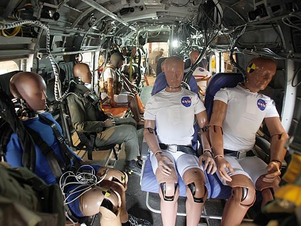 Treze bonecos foram dispostos no interior da aeronave para análise do impacto Foto: Nasa Langley/David C. Bowman.