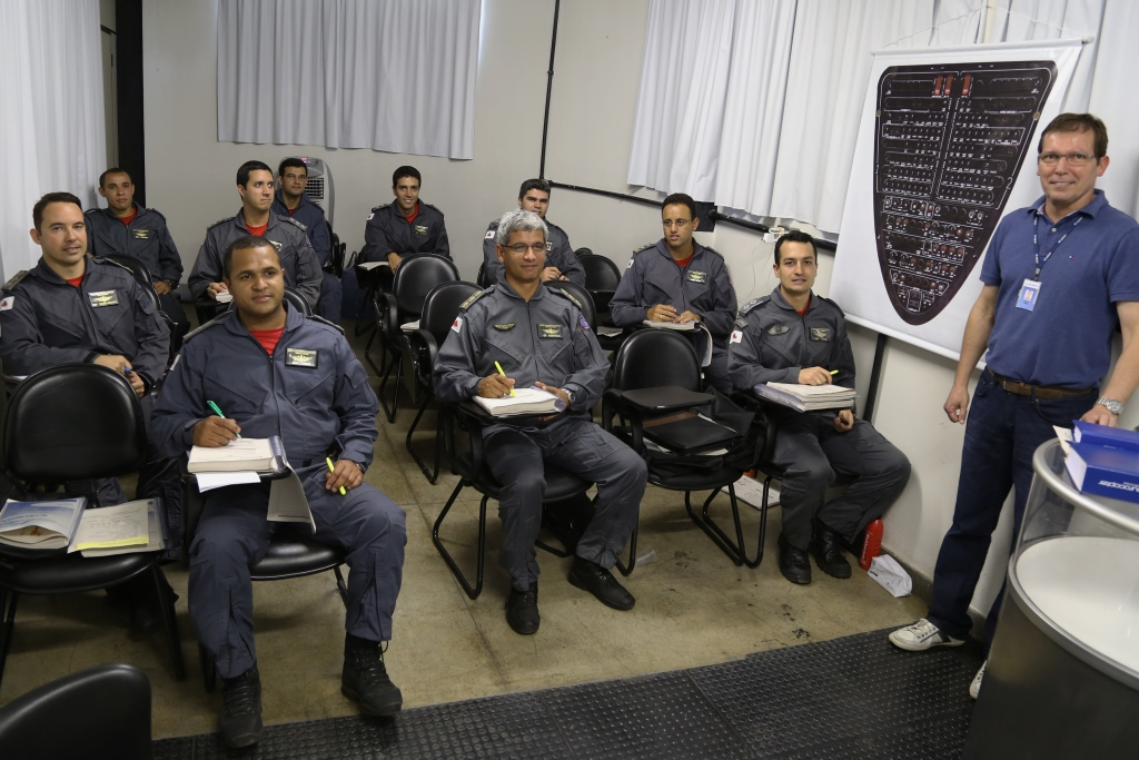 Pilotos do CBMMG fazem Ground School do EC 145