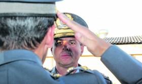 Novo comandante do grupamento, o tenente-coronel Rogério Gago bate continência para o comandante do Interior, coronel Rogério Bernardes Duarte (de costas).