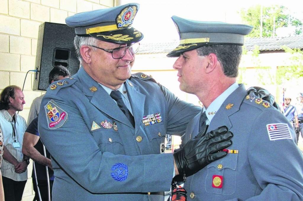Tenente-coronel José Guerxis saúda o sucessor.