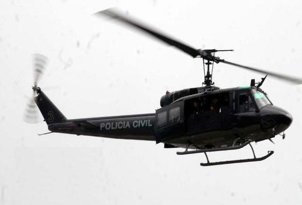 """Helicóptero """"águia"""" da Polícia Civil realiza buscas por desaparecido em Itaipava."""