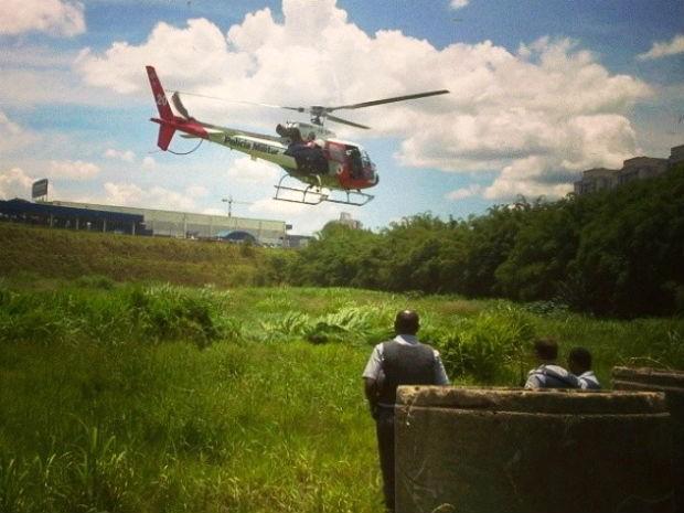 Helicóptero Águia participou das buscas, mas suspeito conseguiu fugir (Foto: Sandro Zeppi/TV TEM)