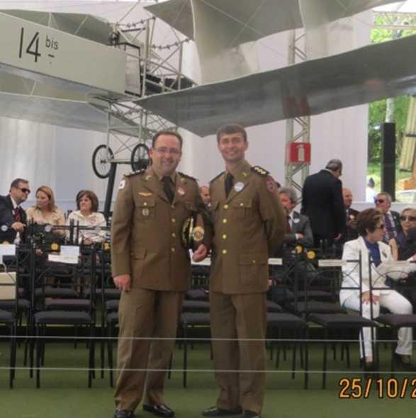 Maj Medeios e Ten Cel Ledwan condecorados com as medalhas grau bronze e prata, respectivamente.