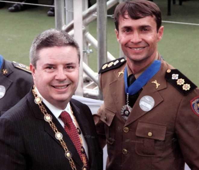 Ten Cel Ledwan recebe a medalha grau prata do Ex Sr Governador Antonio Anastasia