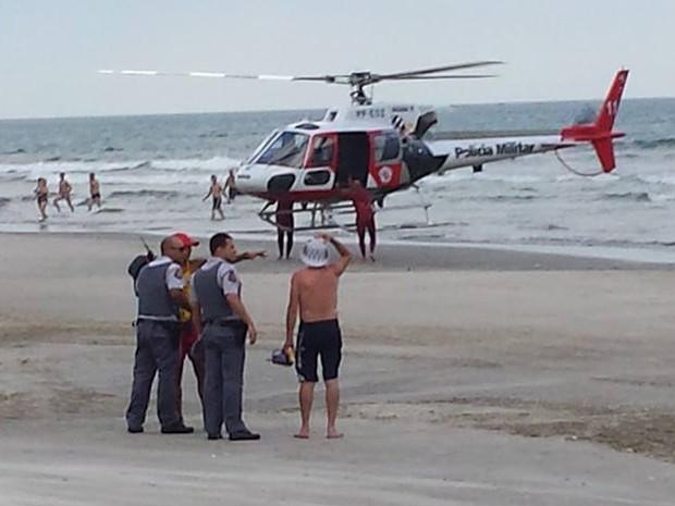 Homem assalta na praia, tenta fugir pelo mar e mobiliza helicóptero da PM