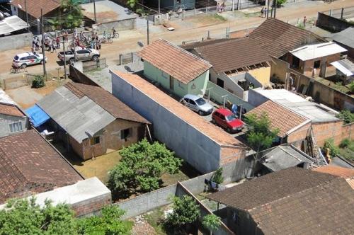 Veículo roubado foi localizado em um condomínio de quitinetes. Foto: 2ª Cia BAPM/Divulgação/ND
