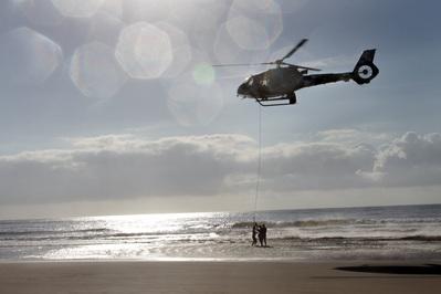 Helicópteroo da polícia realiza salvamento em Guaratuba. Foto: Arnaldo Alves/ANPr