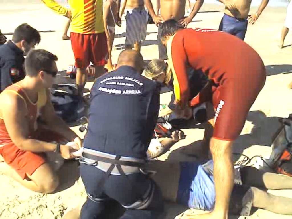 Homem de 25 anos é resgatado de helicóptero no mar da Praia Brava, em Florianópolis. Foto: Bombeiros / Divulgação
