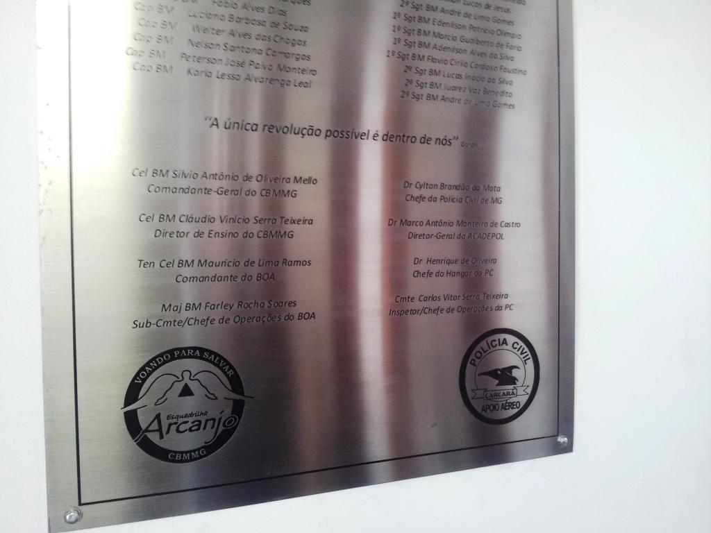 Placa de homenagem alusiva ao primeiro curso de tripulantes operacionais em conjunto com o Corpo de Bombeiros