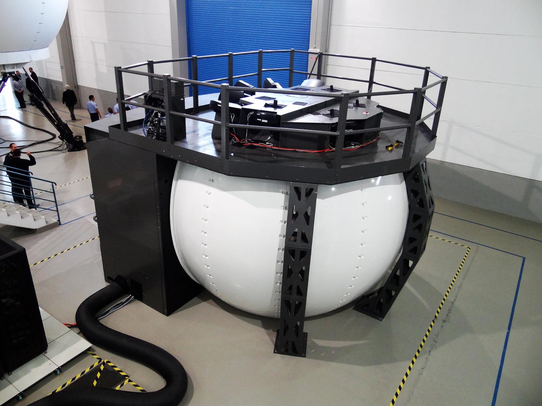 Instalado na sede da CAE localizada na capital paulista, o novo simulador  preenchera as necessidades de treinamento de pilotos de AS 350 voltadas principalmente para adquirir proficiência em  procedimentos de emergência  em condições critica e adversas