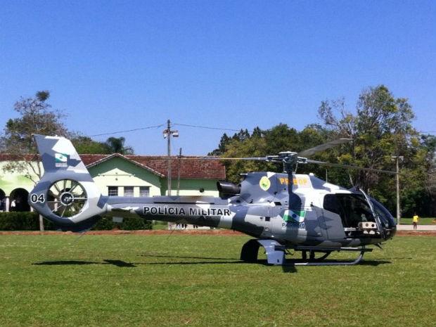 Helicóptero do Graer chegou em Tibagi na manhã desta sexta-feira (10) para auxiliar nas buscas do corpo da mulher de 52 anos (Foto: Vanessa Rumor/RPC TV)
