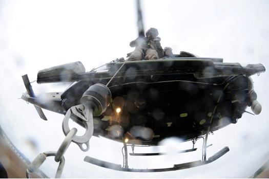 A vista de baixo para cima do helicóptero Bell 412 da Seção de Aviação da Polícia do Estado de Delaware  durante treinamento. Foto Greg L. Davis www.focalplaneimagery.com