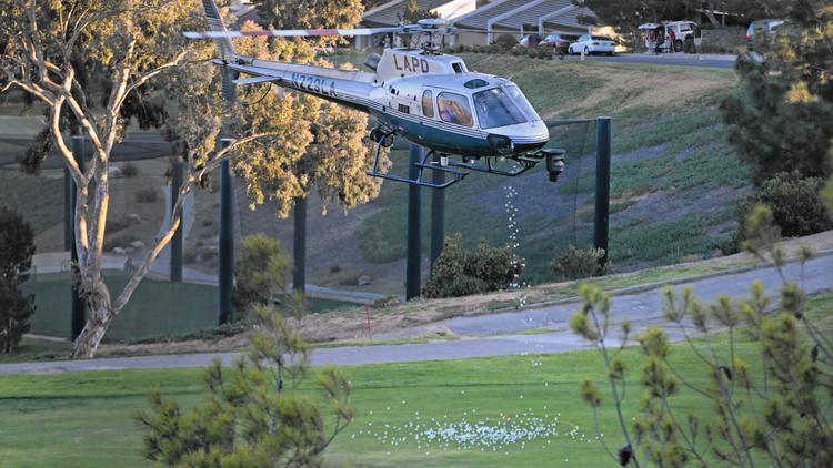 Um helicóptero do LAPD joga bolas de golfe ao longo do La Cañada Flintridge Country Club no dia 27 de outubro. (Lawrence K. Ho / Los Angeles Times)