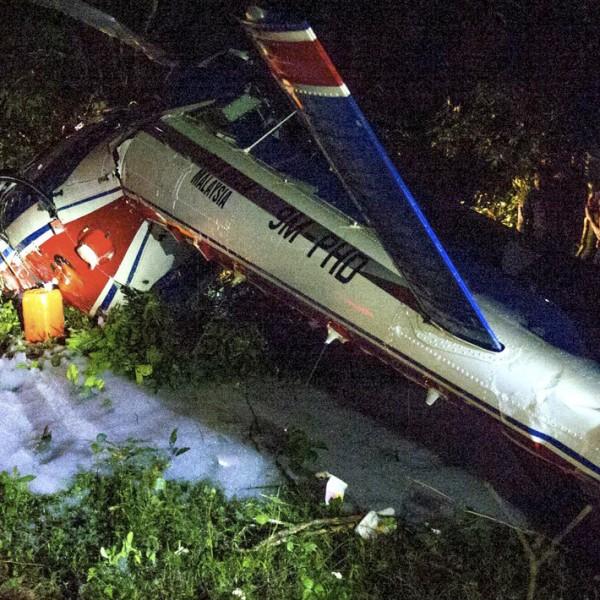 O helicóptero policial caiu enquanto enviava itens para ajudar as vítimas da enchente em Kelantan (Malásia), durante o Ano Novo. Dois pilotos e dois membros da tripulação ficaram feridos no incidente em Kampung Rambai, Tanah Merah.
