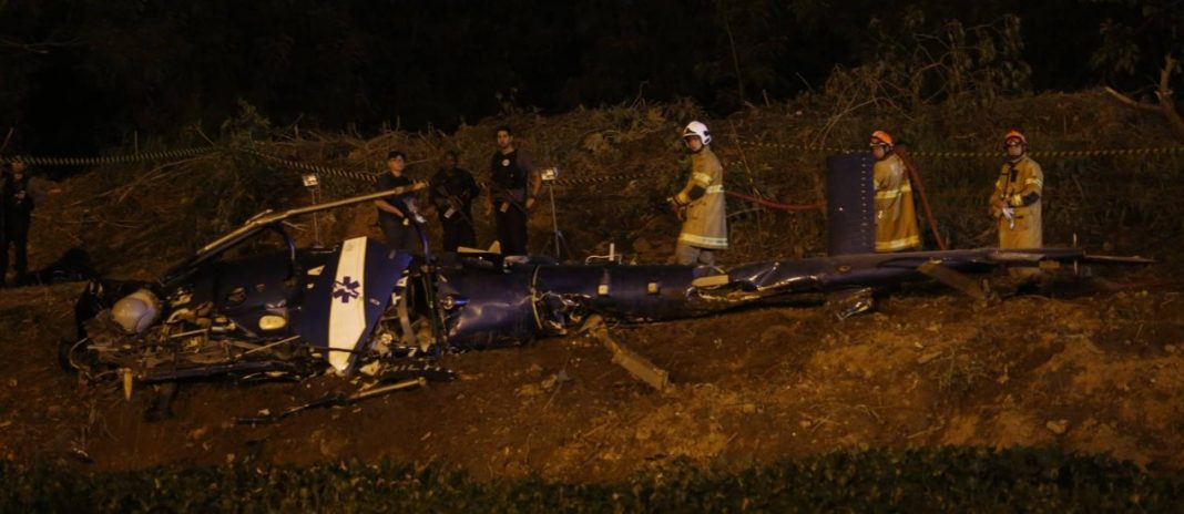Helicóptero da PM é derrubado durante confronto com bandidos na Cidade de Deus - Marcelo Carnaval / O Globo