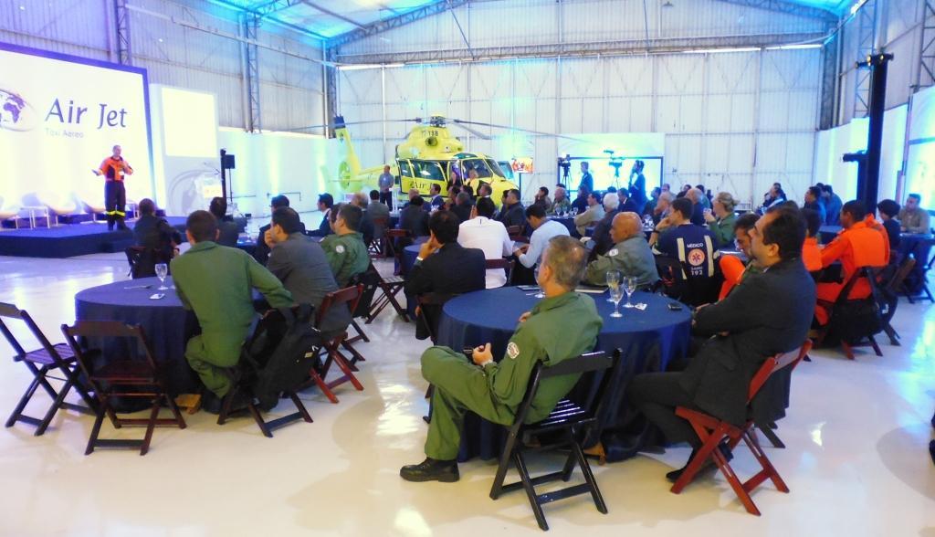 Dr. Ricardo Galesso em sua palestra no Hangar da Air Jet. Foto: Eduardo Alexandre Beni.