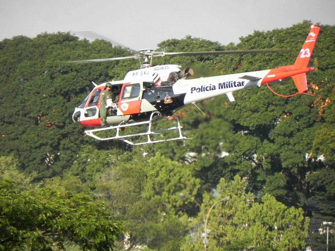 Helicóptero Águia 23 da PM na Avenida Washington Luís para resgate de policial militar (Foto: Ruben Dario Aguero)