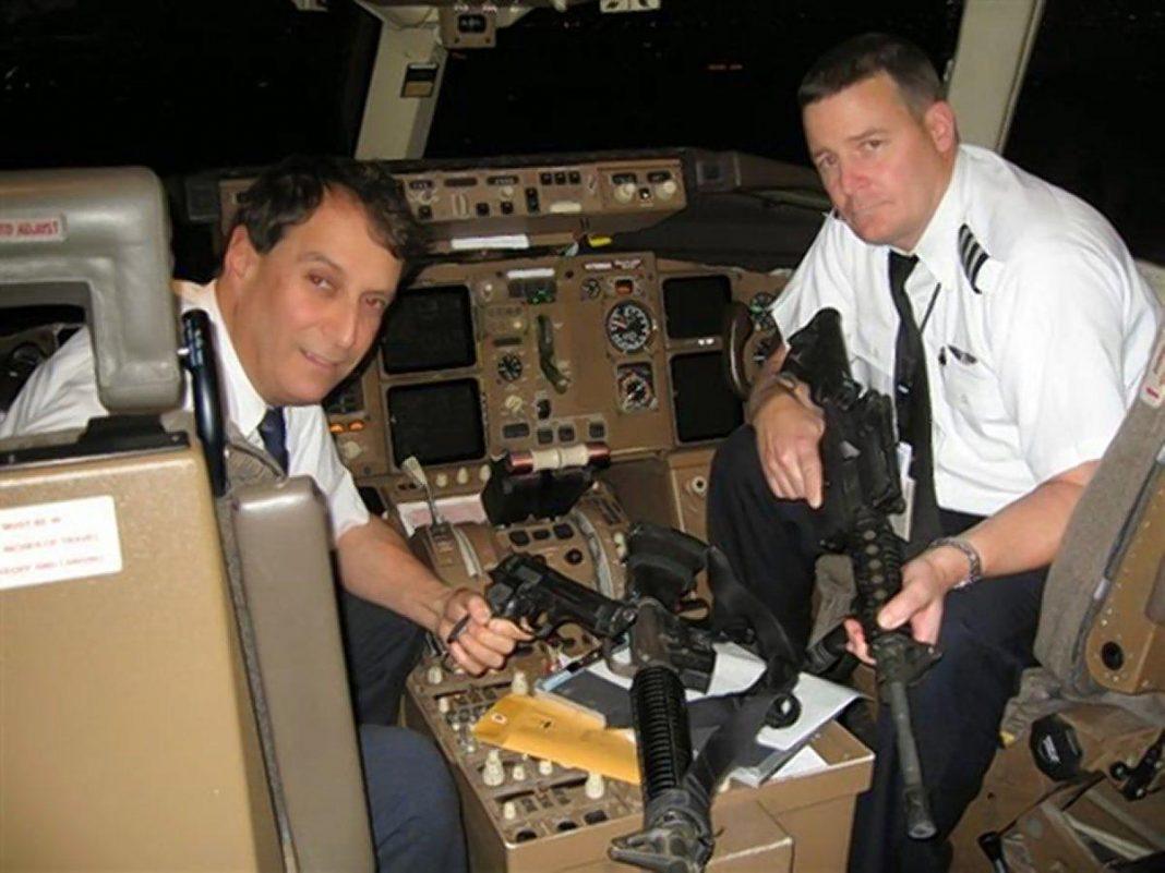 Capitão Andy Danziger (l., Com o primeiro oficial a bordo de uma carta militar durante a Operação Tempestade no Deserto, quando as armas eram um site comum), diz que armar todos os pilotos no cockpit deve ser um acéfalo. (CORTESIA ANDREW DANZIGER)