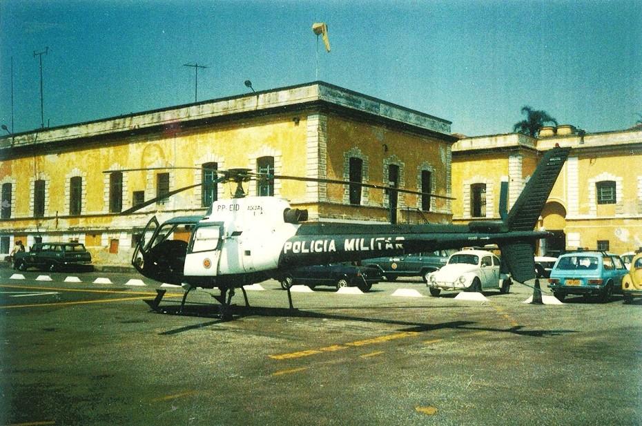 """Base instalada no 2ºBPChq - 2º Batalhão de Policiamento e Choque, no Bairro da Luz. Foto do 2º semestre de 1986, aparecendo o Águia Uno pousado na sua área reservada. o reabastecimento da aeronave era feito no páteo do quartel, através de uma bomba """"Relumix"""" e essa operação era feita pelos mecânicos e tripulantes retirados de tambores de 200 litros, que ficavam expostos no páteo. Foto: Raul Paulino."""