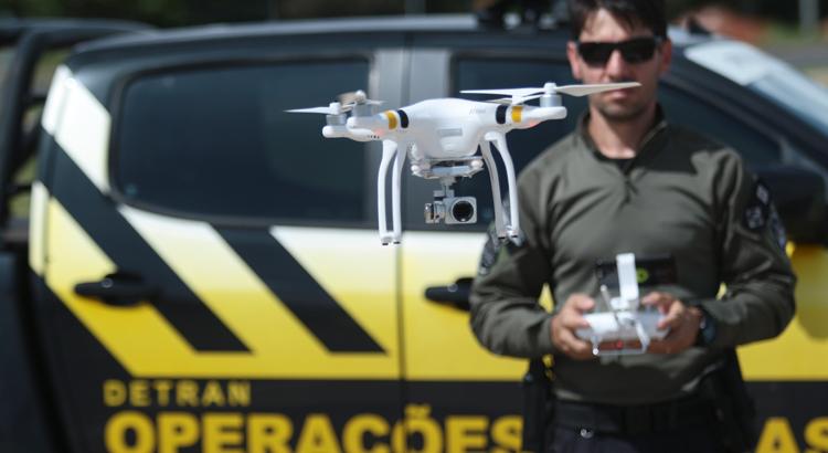 20/12/2017. Credito: Luis Nova/Esp.CB/D.A Press. Brasil. Brasilia - DF. Detran-DF usará drones para auxiliar na fiscalização de motoristas. Eron Oliveira, agente do Detran.