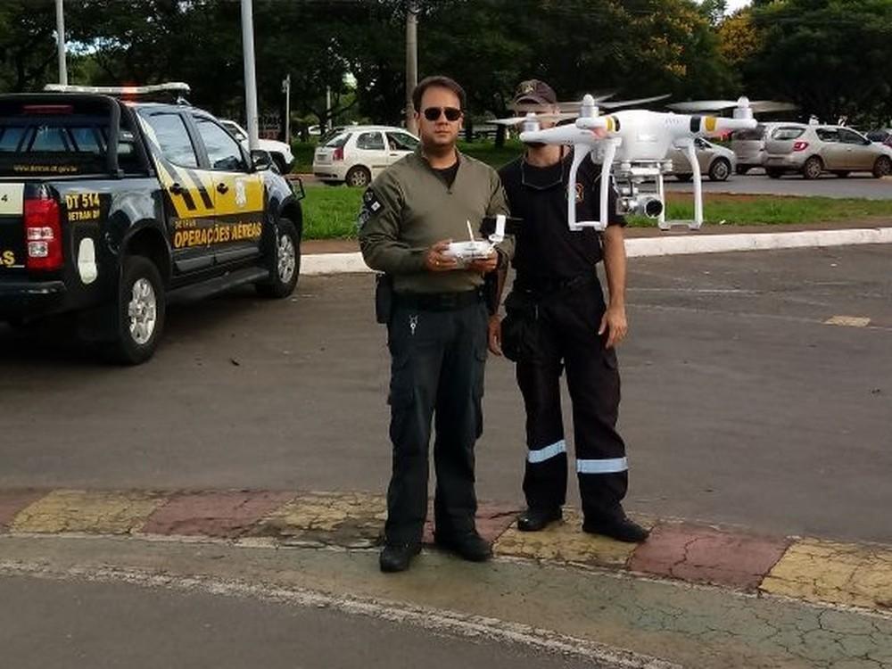 Agente do Detran usando drone no DF (Foto: Detran/Divulgação)