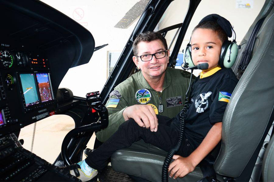 Menino de 6 anos realiza sonho de conhecer a base do Grupo Tático Aéreo do Amapá. Foto: Netto Lacerda/Sejusp.