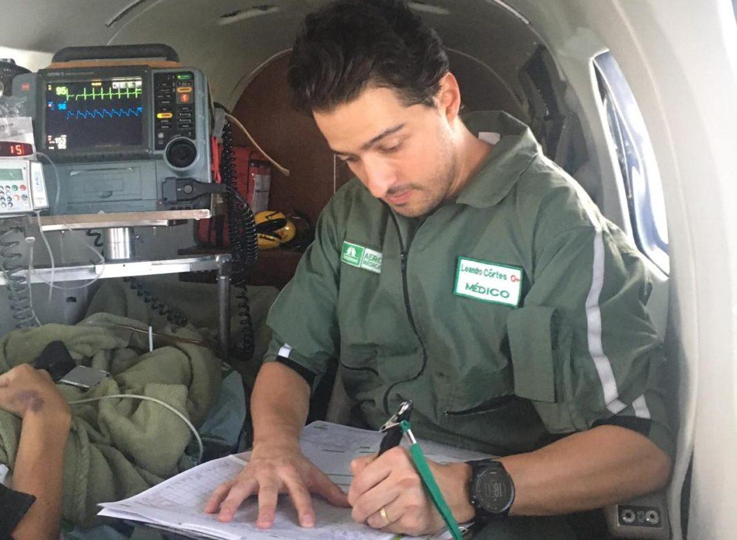 Médico preenchendo prontuário digital do paciente durante transporte aeromédico. Foto: Unimed Aeromédica.