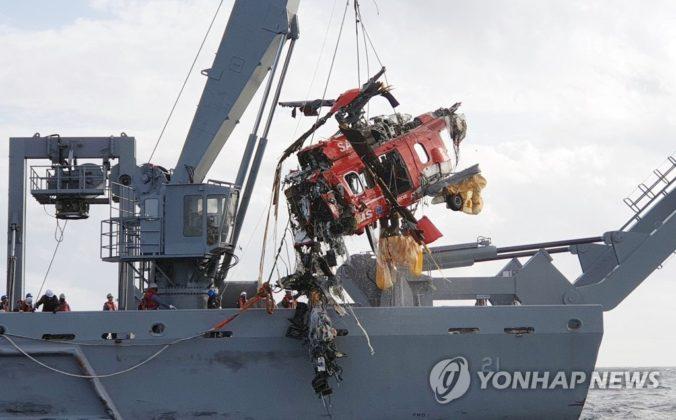 Um guindaste em um navio de recuperação resgatando os destroços de um helicóptero Eurocopter EC225 no mar, depois que caiu na noite de quinta-feira passada, nesta foto fornecida pela Guarda Costeira de Donghae. FOTO: DPA